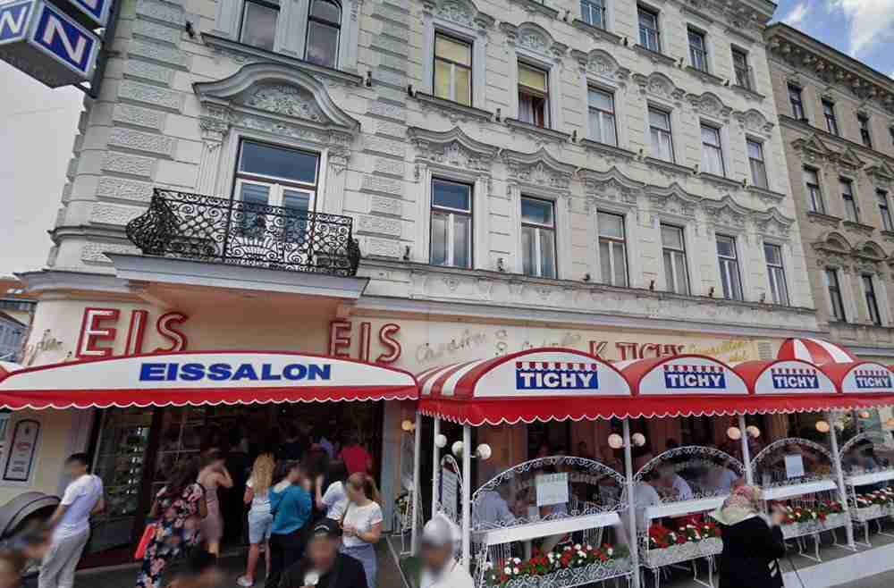 Eismarillenknödel im Eissalon Tichy in Vienna in Austria