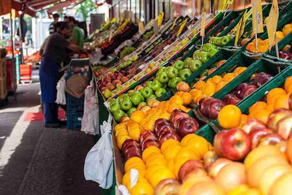 Wochenmarkt am Maybachufer in Berlin in Deutschland