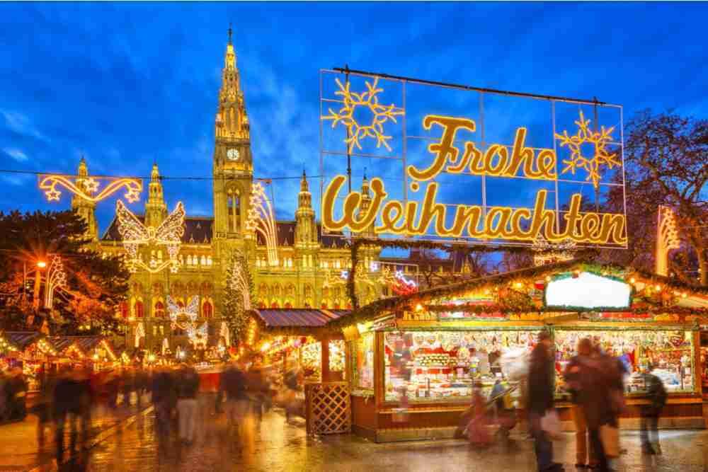 Weihnachtsmarkt am Rathausplatz in Vienna in Austria